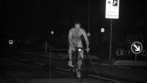 Nackter Fahrradfahrer geblitzt