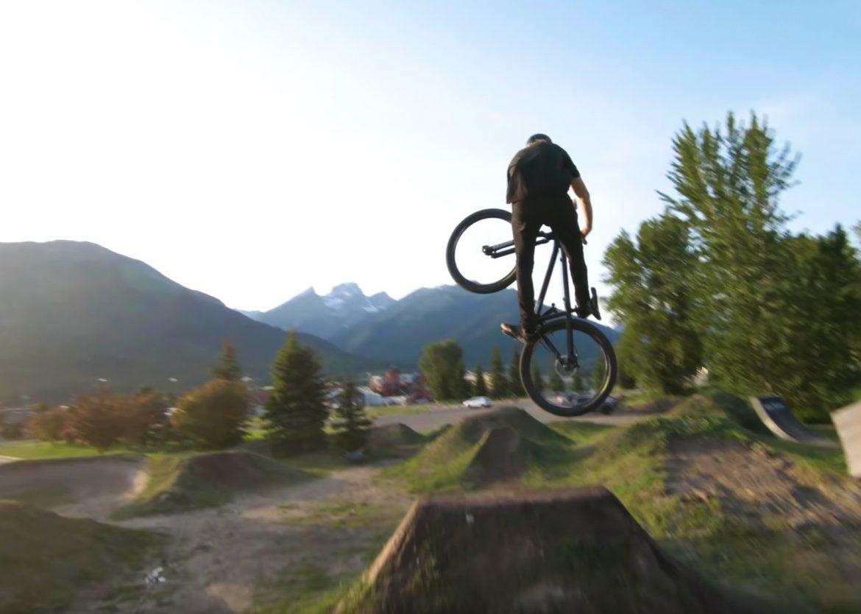 FPV Drohne verfolgt Downhill MTB