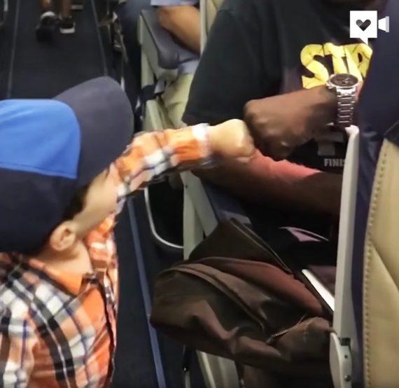 fistbump im flugzeug
