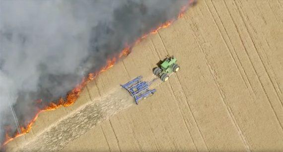 Traktor Feuer im Feld
